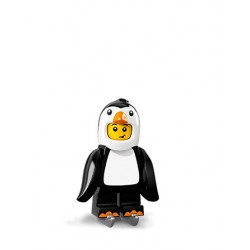 Chico con disfraz de pingüino
